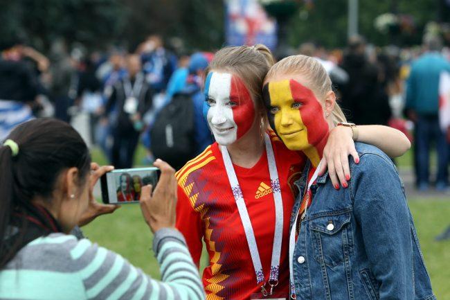 ЧМ-2018 футбол болельщики фанаты Франция Бельгия девушки смартфон