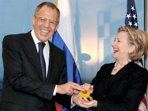 Хилари Клинтон и Сергей Лавров нажимают кнопку перезагрузки