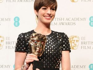 Энн Хатауэй с премией BAFTA, фото с сайта премии