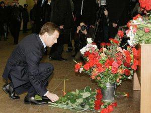 Дмитрий Медведев возложил цветы на месте теракта в метро 29 марта 2010 года