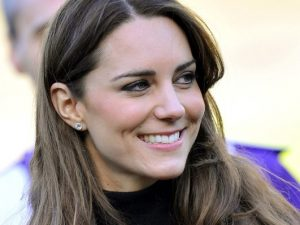 кейт миддлтон The fiancee of Britain's Prince William, Kate Middleton, smiles during their visit to St. Andrews University in Fife