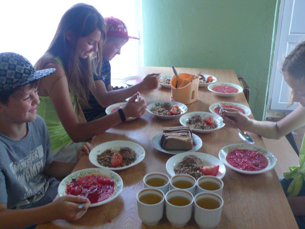 столовая в лагере в школе дети еда, фото с сайта incamp.ru