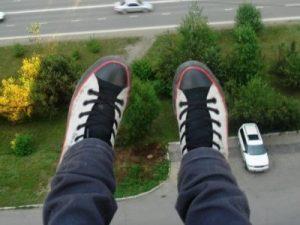 суицид самоубийство падение с крыши кеды крыша