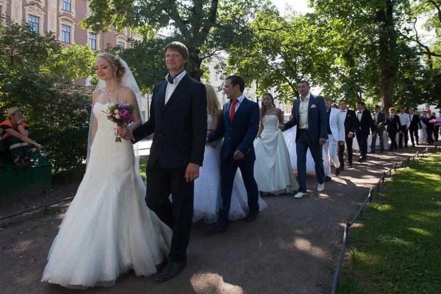 день семьи любви и верности свадьбы шествие молодоженов