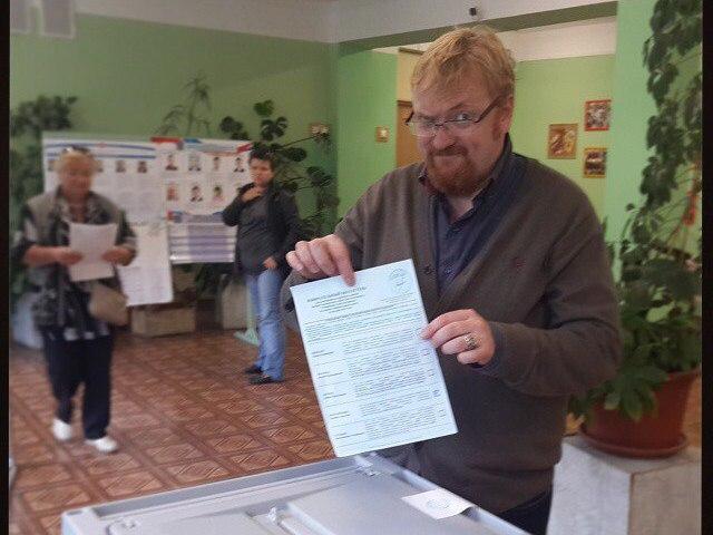 Милонов голосует