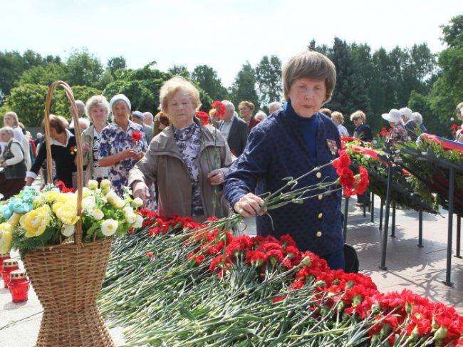 возложение цветов пискаревское кладбище родина-мать бабушки