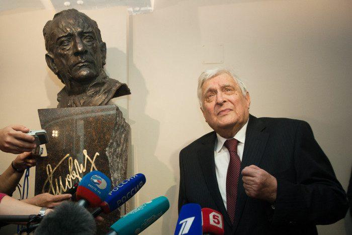 Басилашвили, бюст Товстоногову