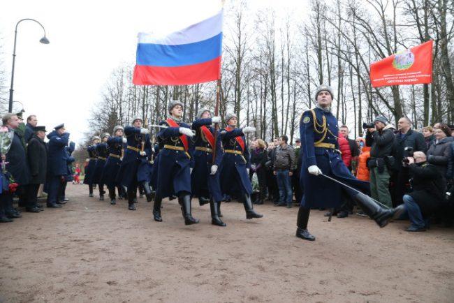 0D2K2557 памятник николаю майданову николай майданов россия солдаты почетный караул флаг россии патриотизм