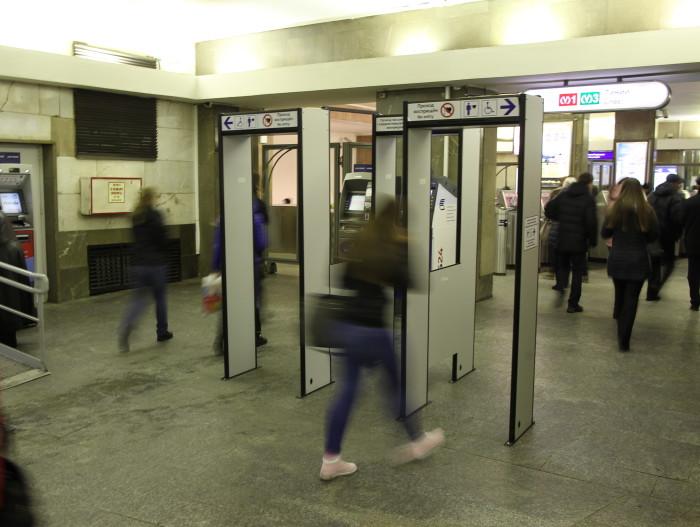 металлодетекторы рамки в метро восстания