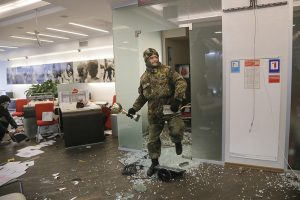 """нападение националистов на офис """"Альфа-Банка"""". Фото AP."""