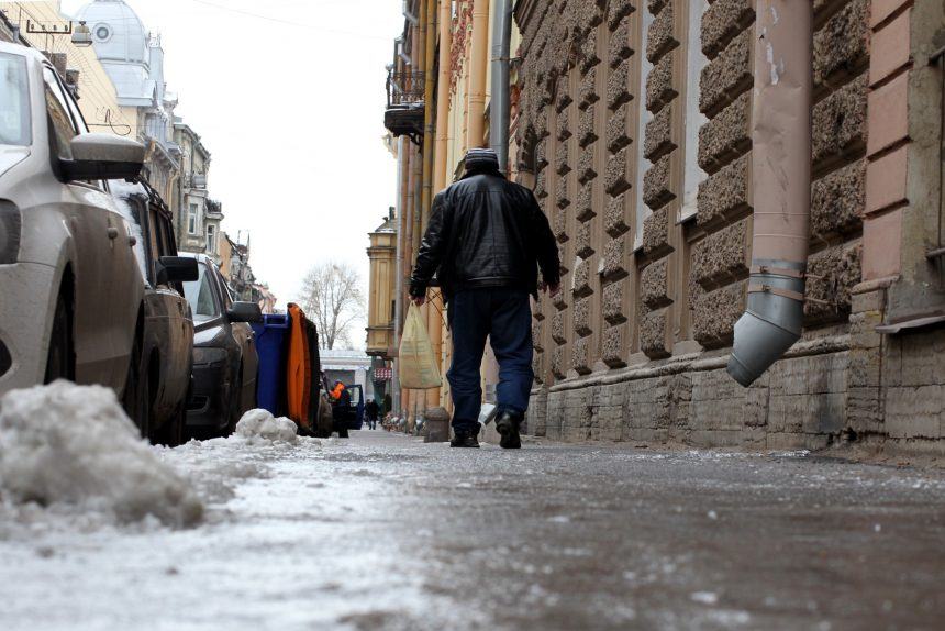 гололед лёд на тротуаре галерная улица скользкая дорога