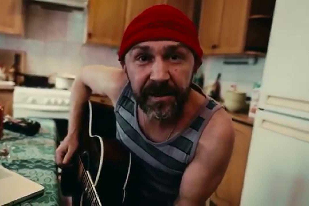 "кадр из клипа на песню ""Мусор"""