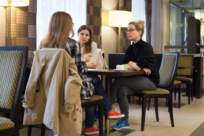 юлия пагель интервью люди за столом кафе диалог обсуждение