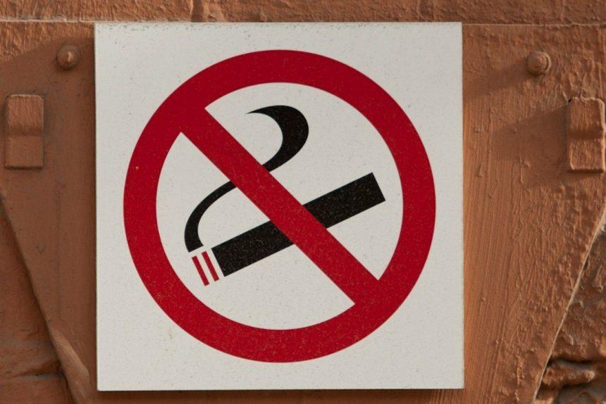 """Табачный вопрос: как бороться с """"балконными курильщиками"""""""