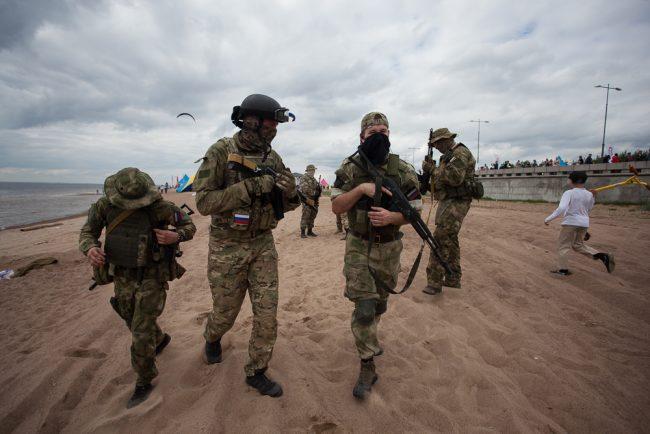 военные на пляже в парке 300-летия