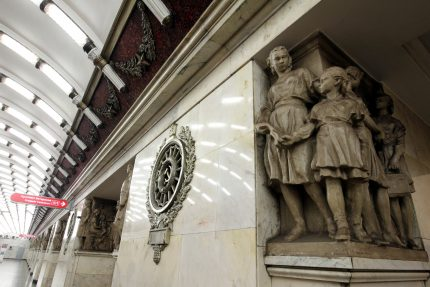станция метрополитена нарвская скульптуры статуи серп и молот
