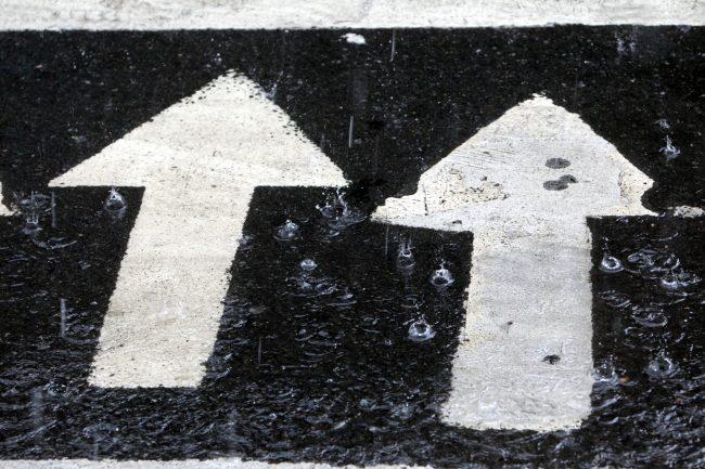 дождь лужи пешеходный переход стрелки