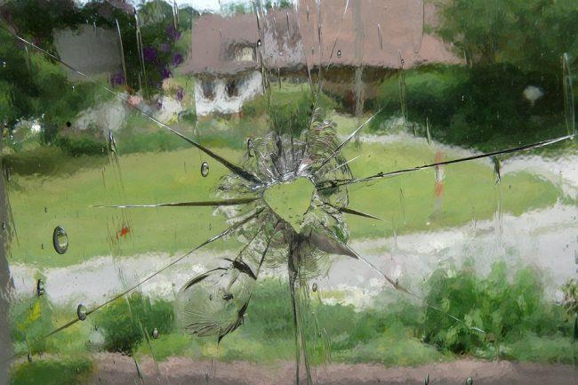 разбитое окно стекло стрельба пистолет
