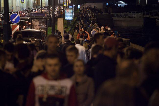возвращение авроры толпа людей набережная ночь гуляния