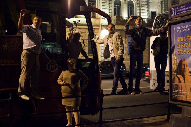 возвращение авроры толпа людей набережная ночь гуляния фотографируют