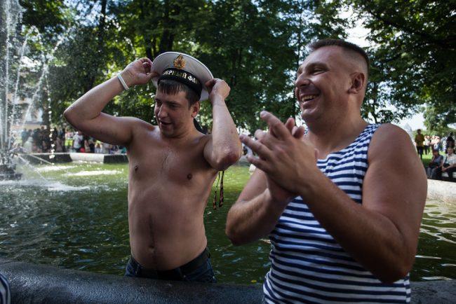 день военно-морского флота вмф флаги тельняшки купание в фонтанах