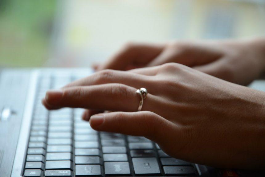 компьютер ноутбук вконтакте клавиатура руки интернет