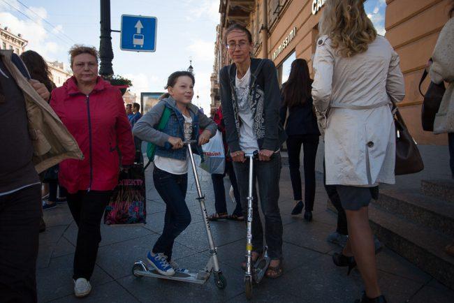 диалоги на улицах мать и ребенок самокаты
