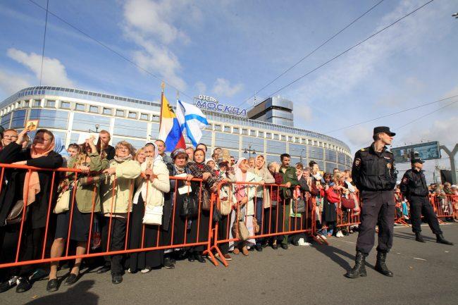 крестный ход перенос мощей александра невского полиция гостиница москва православие