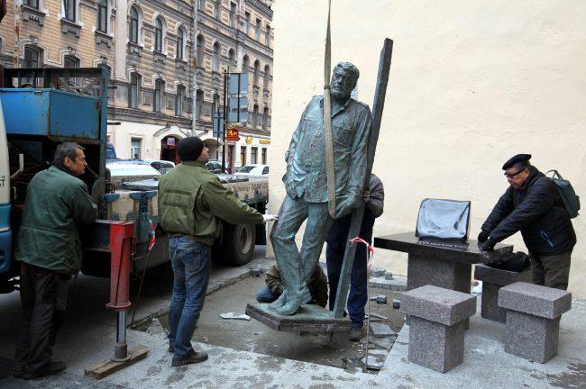 установка памятника довлатову вячеслав бухаев