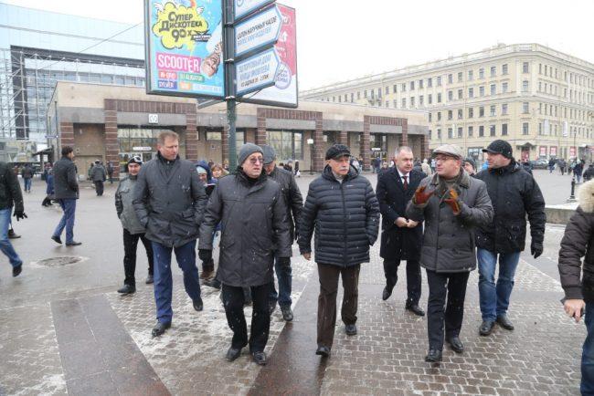 полтавченко и чиновники осматривают сенную площадь сенная