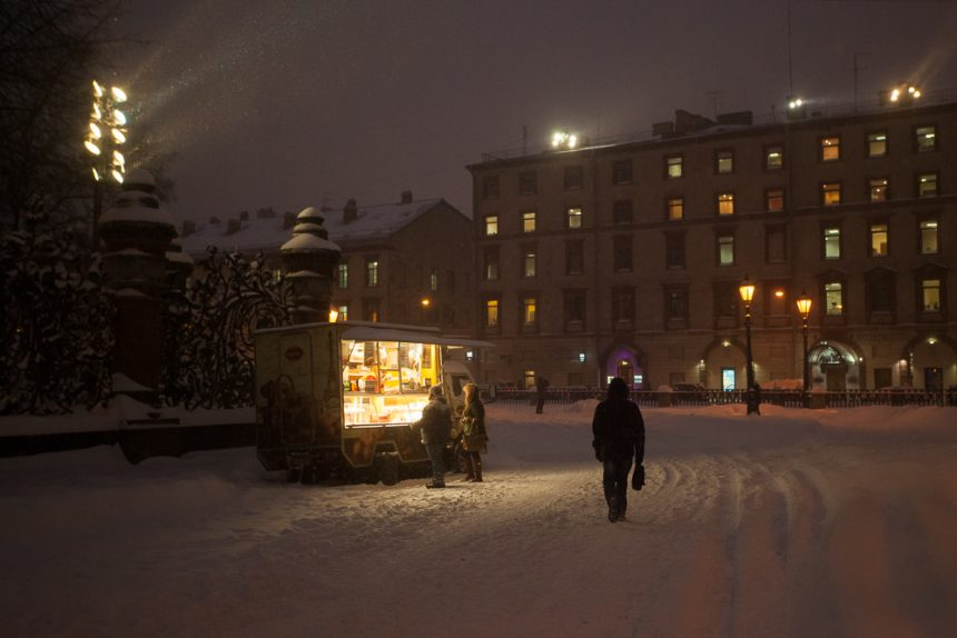 автолавка ларек снег снегопад зима в Петербурге сугробы