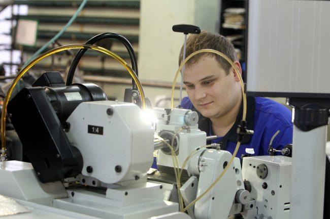 петергофский часовой завод ракета наручные часы производство промышленность рабочие токарь
