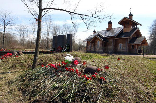 церковь святой Нины братская могила каска поисковики Полежаевский парк Великая Отечественная война
