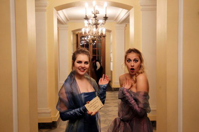 выставка как одевался великий немой исторические костюмы кинематограф большой дворец петергоф красивые девушки