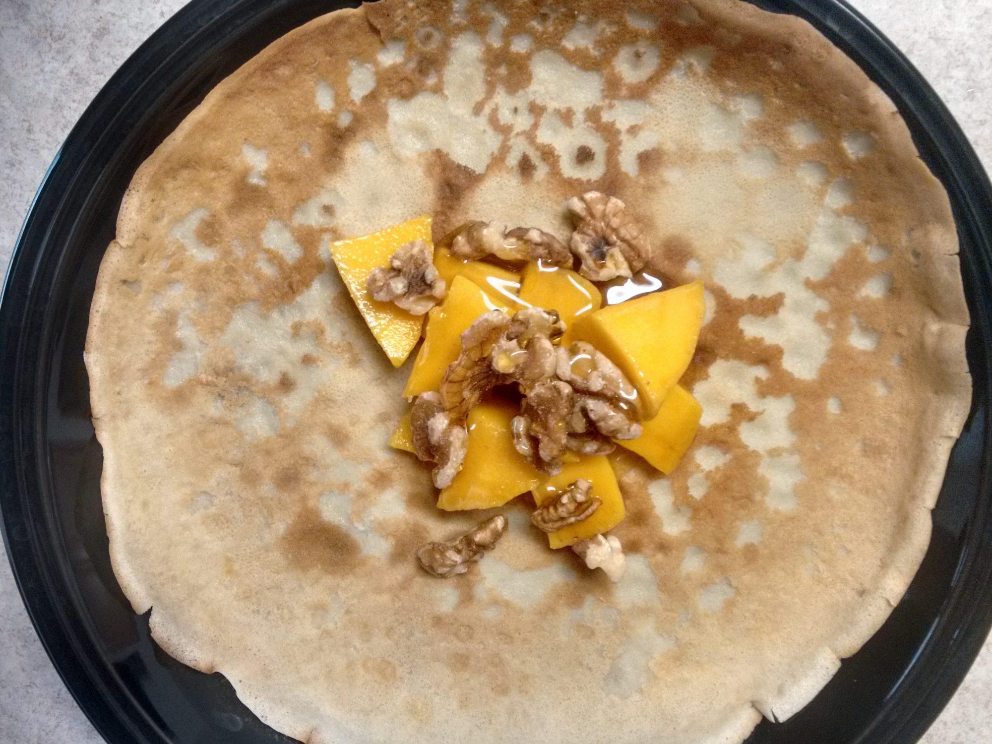 Блин с манго, мёдом и орехами. Фото автора текста
