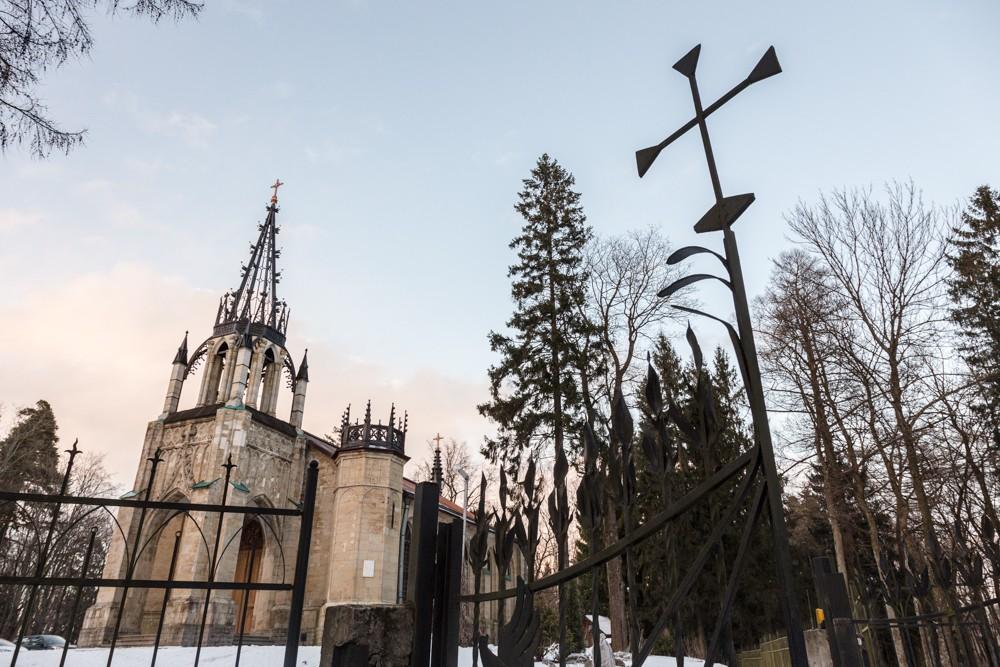 в Шуваловском парке неоготическая церковь