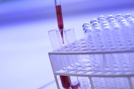 наука ученые лаборатория химия биология кровь доноры пробирки препараты медицина врачи