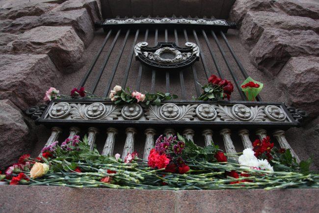 импровизированный мемориал технологический институт взрыв в петербургском метро