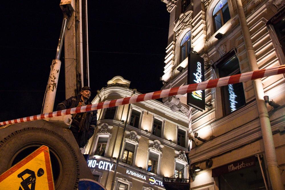 рабочие невский ночь демонтаж работы лента красная