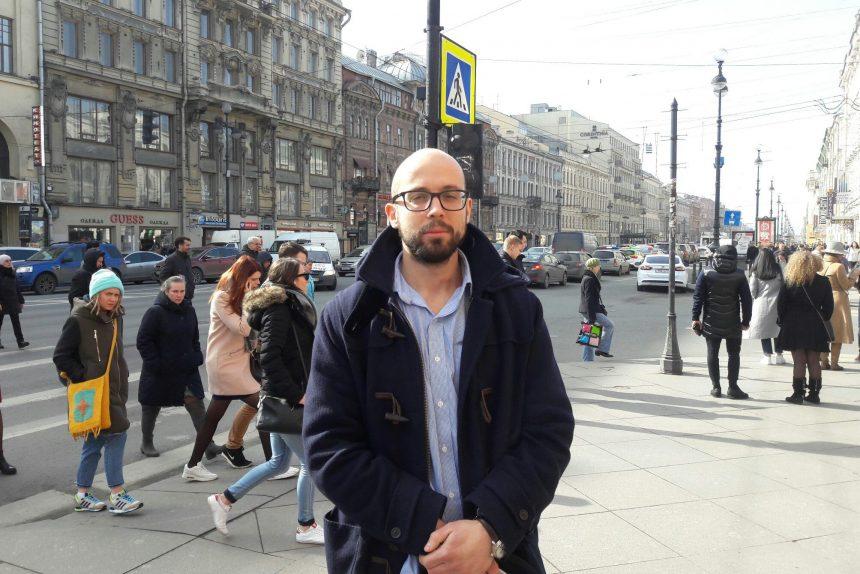 диалоги на улицах мужчина в очках