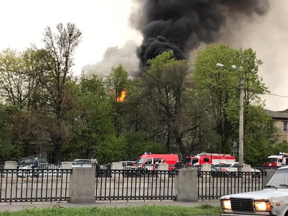 Серьёзный пожар тушат на набережной Обводного канала