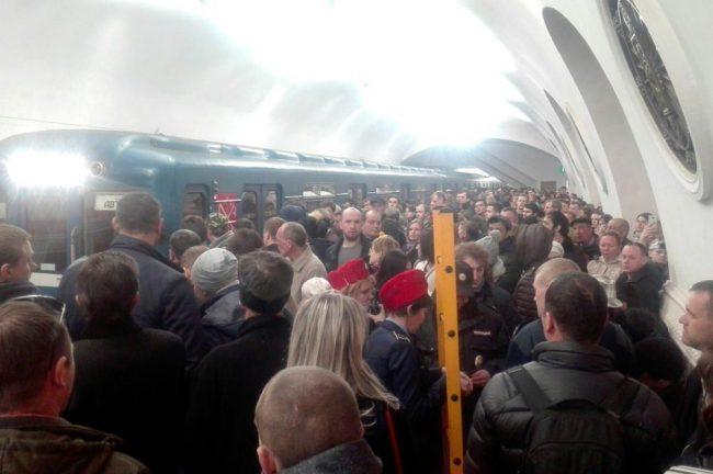 падение человека на рельсы станция метрополитена площадь восстания