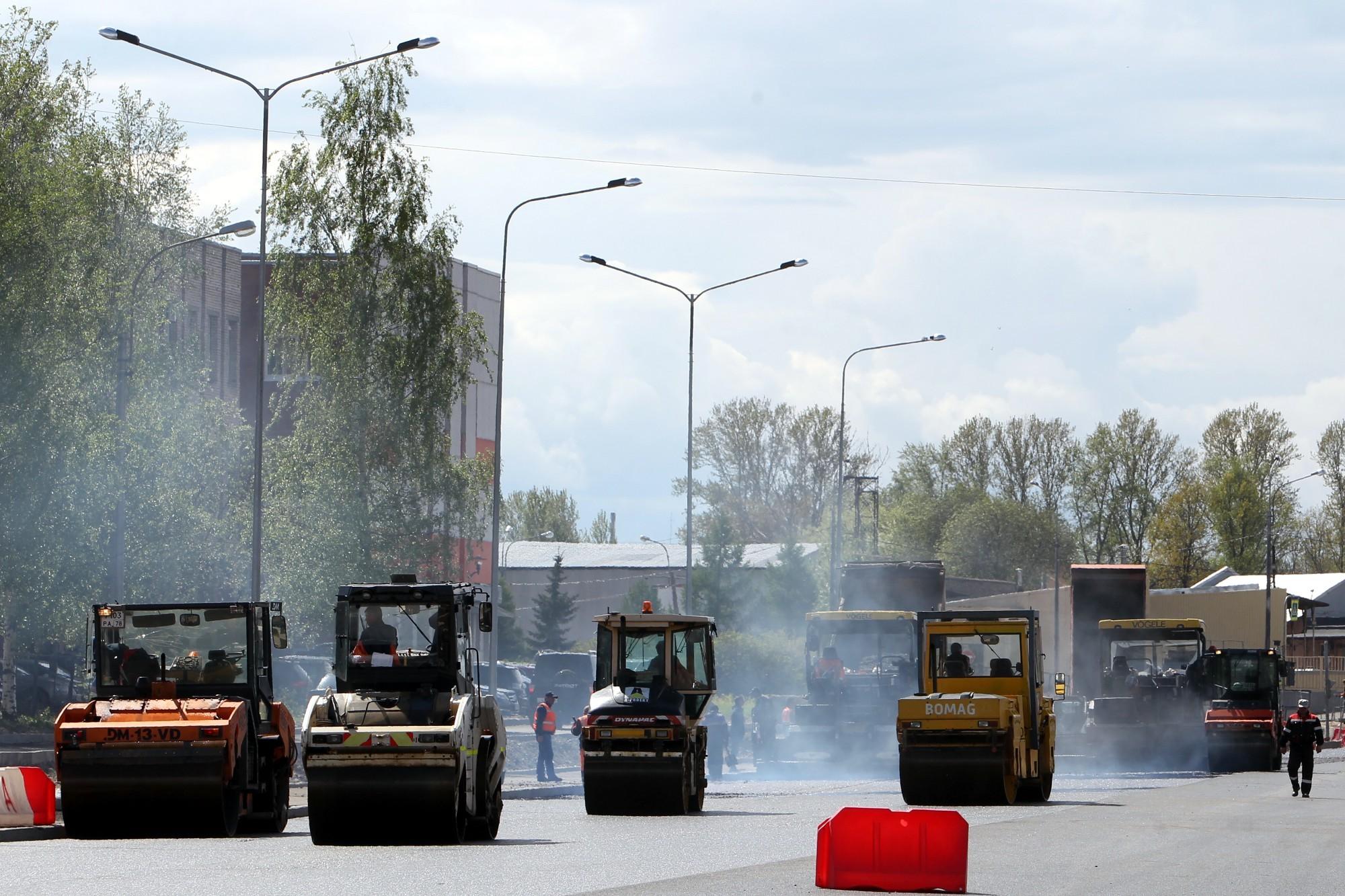 дорожное строительство дорожные работы набережная обводного канала асфальтирование каток