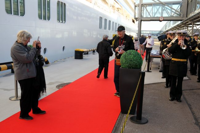 морской пассажирский порт круизный лайнер viking sky туристы туризм оркестр