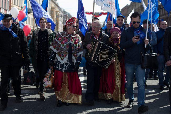 первомайская демонстрация первое мая народные костюмы