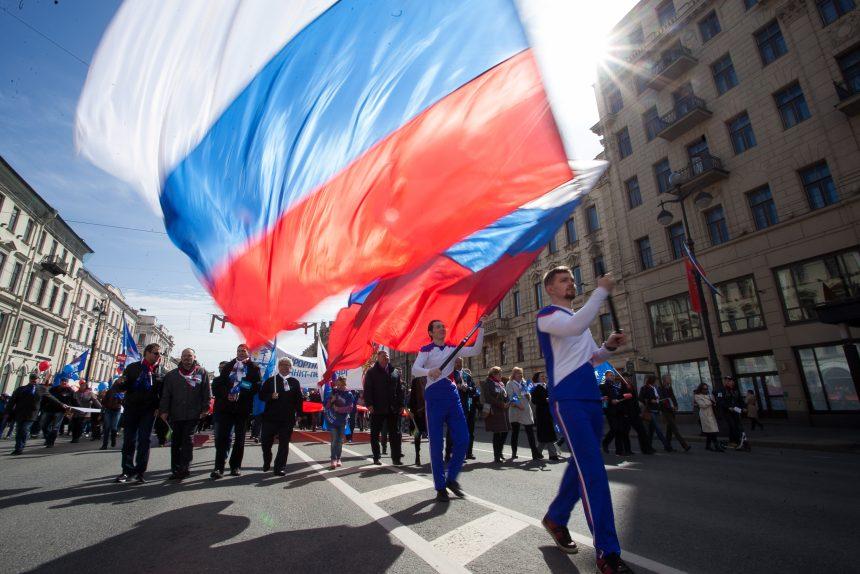 Беглов и Макаров поздравили петербуржцев с Днём России
