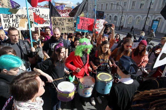 первомайская демонстрация первое мая феминистки барабаны