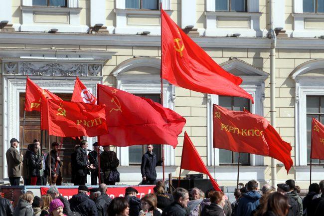 первомайская демонстрация первое мая Исаакиевская площадь красные флаги знамёна