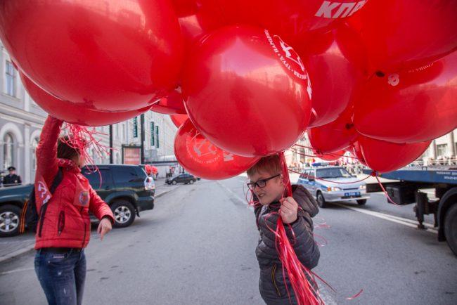 первомайская демонстрация первое мая красные воздушные шары