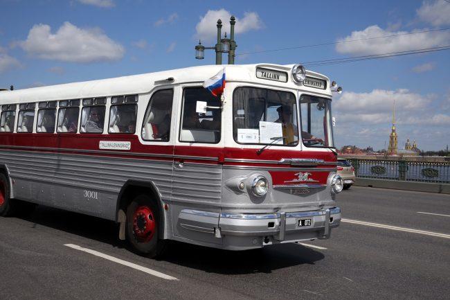 парад ретроавтомобилей Дворцовый мост транспорт автобусы Ikarus